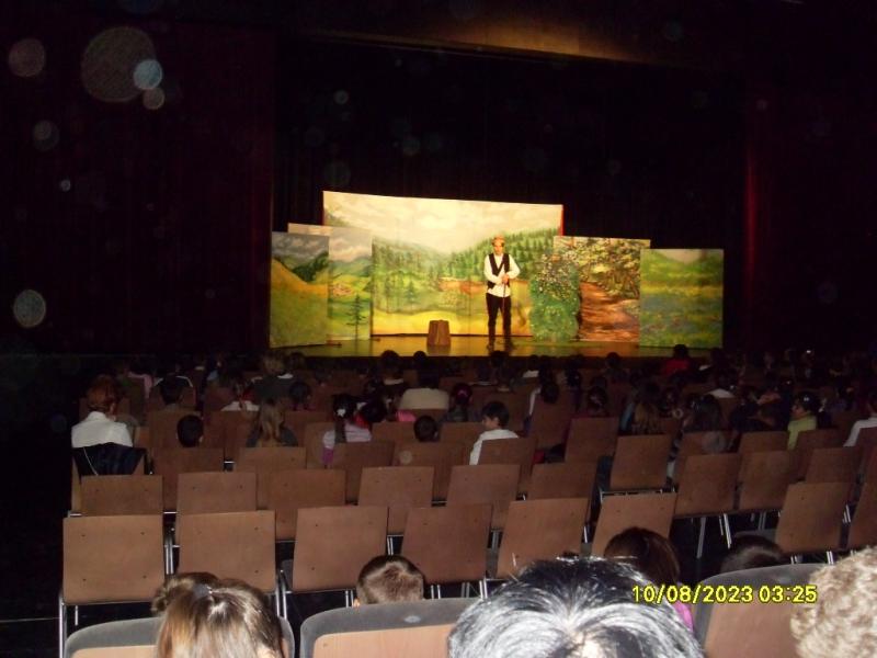 Színházlátogatás a bérletet váltó gyerekekkel