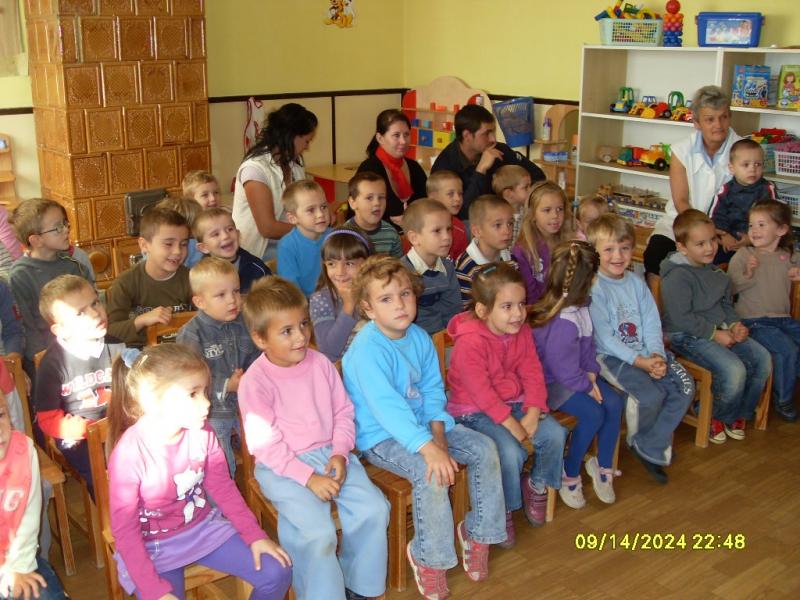 a felnőttek és a gyerekek is élvezik az előadást
