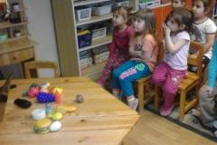 A gyerekek figyelnek, aztán csoportosítottak