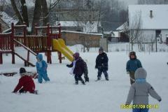 Játék a téli udvaron