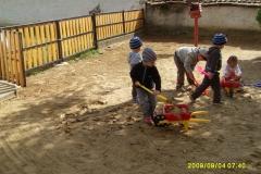 Takarítanak a gyerekek az udvaron 2013.